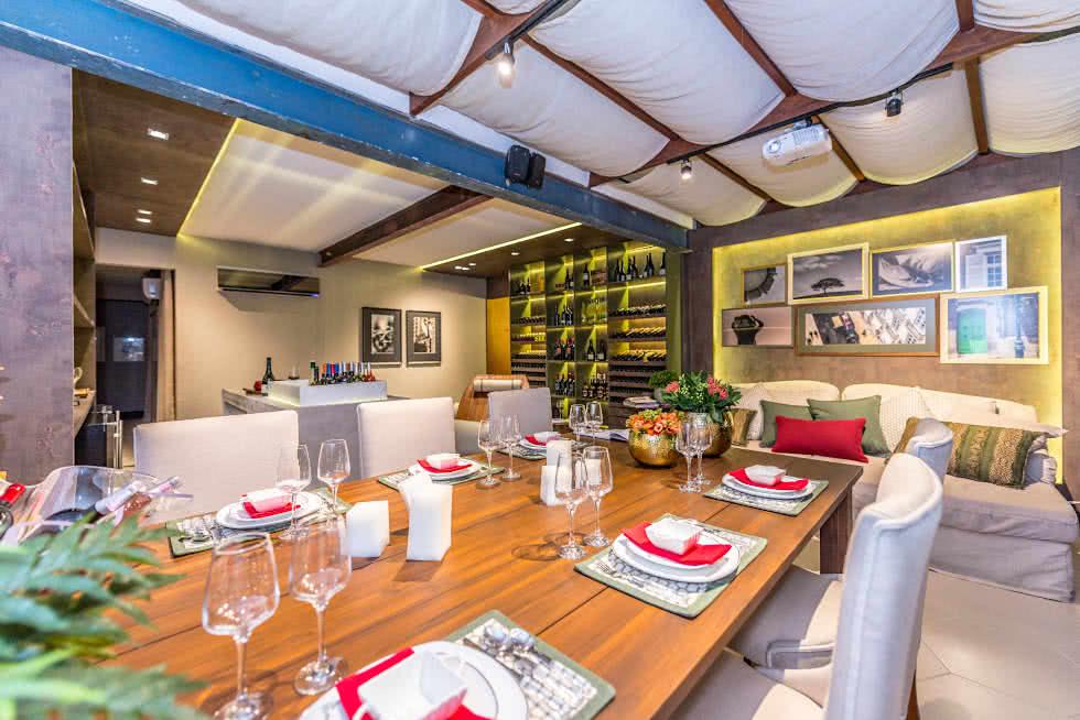 Um espaço gourmet fechado com adega de vinhos