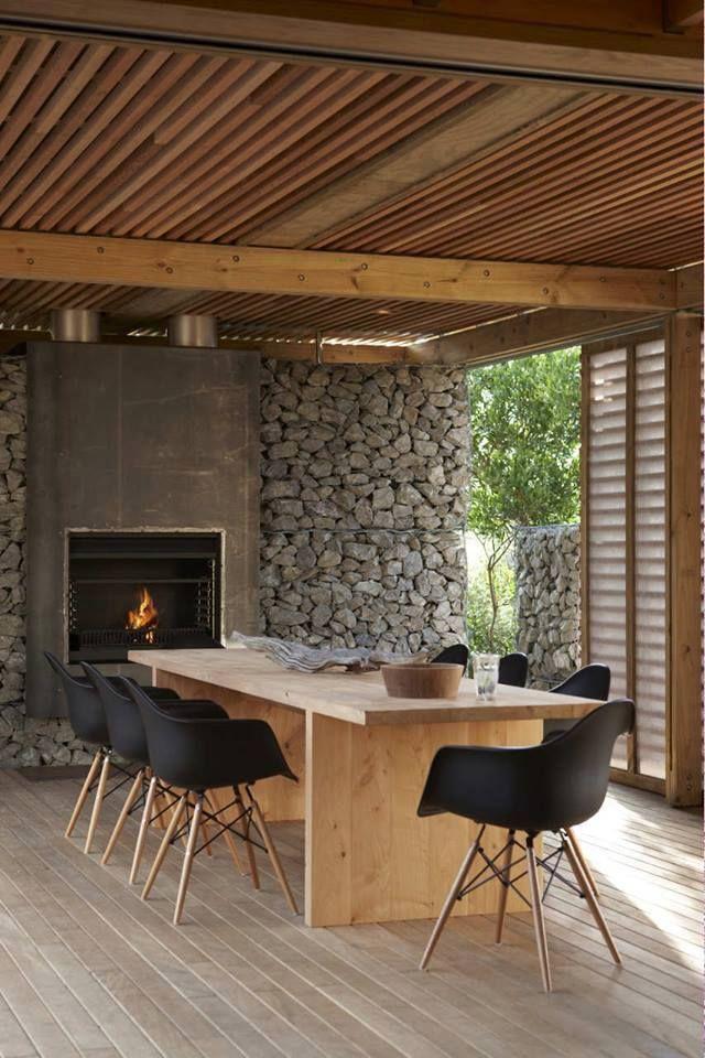 Para a decoração rústica, pedras na parede e madeira no teto, já para o estilo moderno, as cadeiras pretas com pé-palito