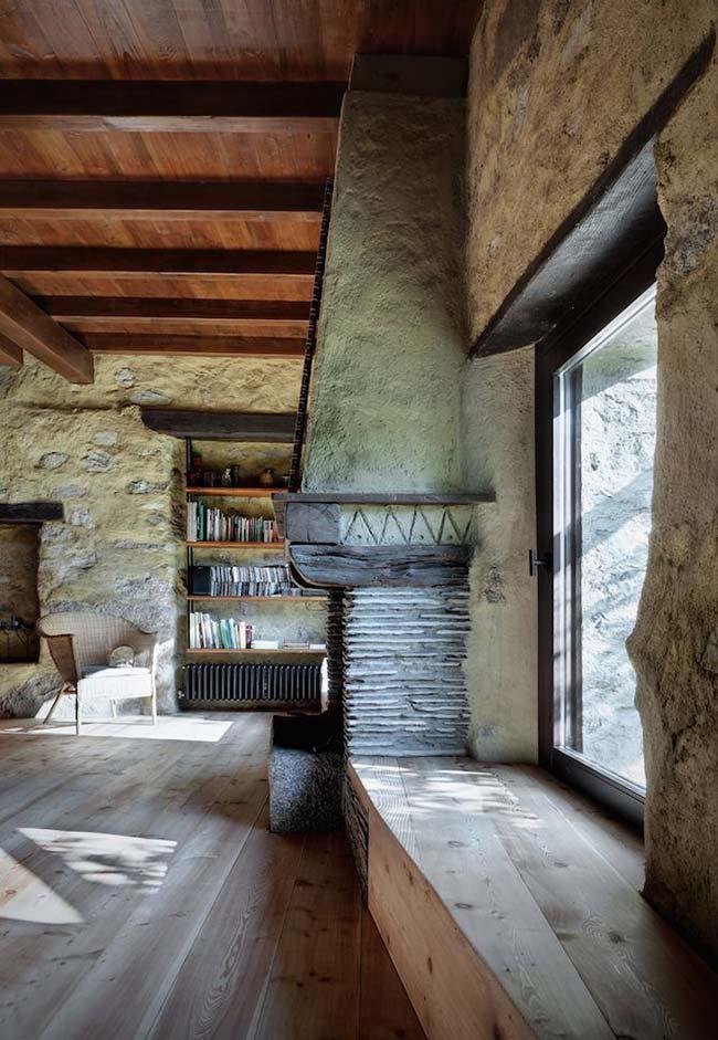 As paredes rústicas e inacabadas não tiram o ar sofisticado dessa sala