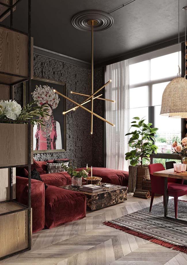 Sala moderna, ousada e cheia de elementos rústicos