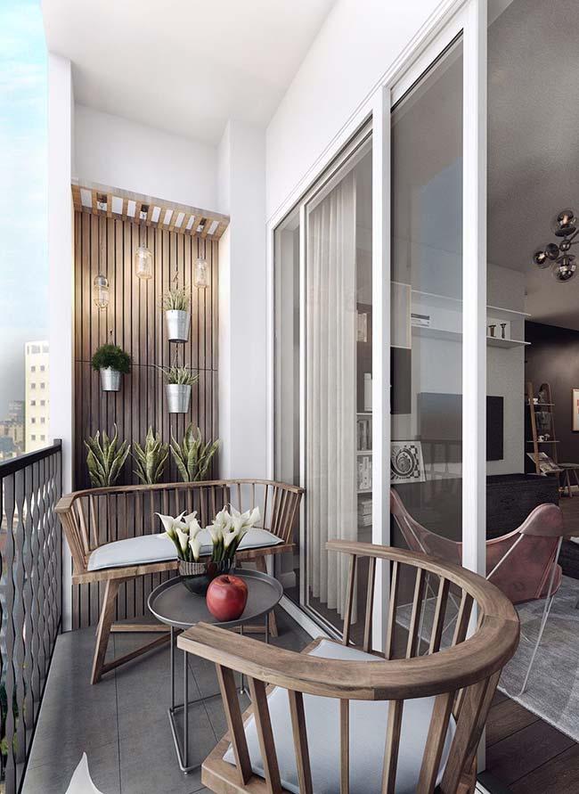 Você não precisa de muito para criar um ambiente rústico em casa: essa varanda de apartamento contou apenas com móveis de madeira para garantir o estilo