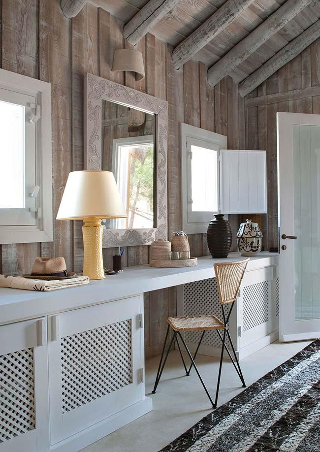 Móvel branco em contraste com a madeira: o resultado é um quarto rústico, delicado e clean