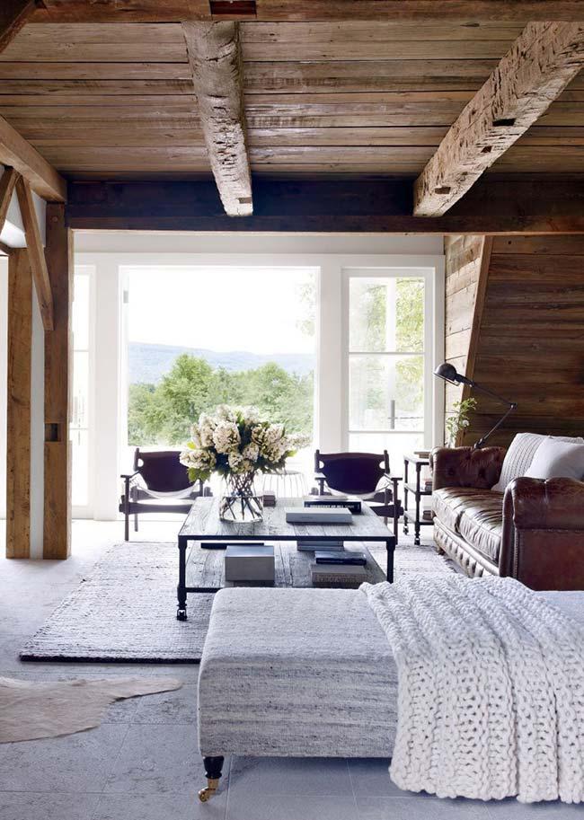 Vigas expostas no telhado são puro charme na decoração rústica moderna