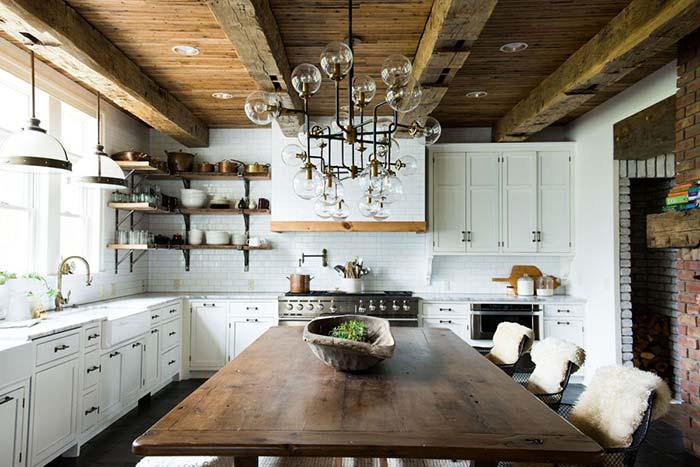 Nada como armários brancos de marcenaria clássica para valorizar uma proposta de decoração rústica