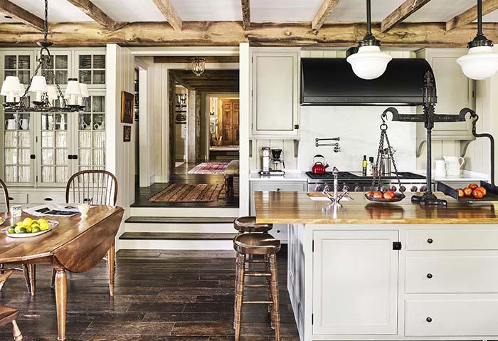 Para ambientes úmidos e molhados, como cozinha e banheiro, o mais indicado é usar porcelanato amadeirado ao invés de piso de madeira na decoração rústica