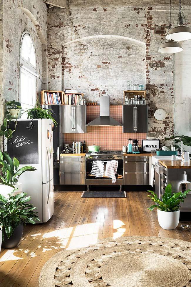 Cozinha com decoração rústica: pé-direito alto valorizado pelos tijolinhos aparentes