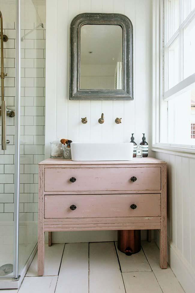 Banheiro de inspiração rústica e retrô