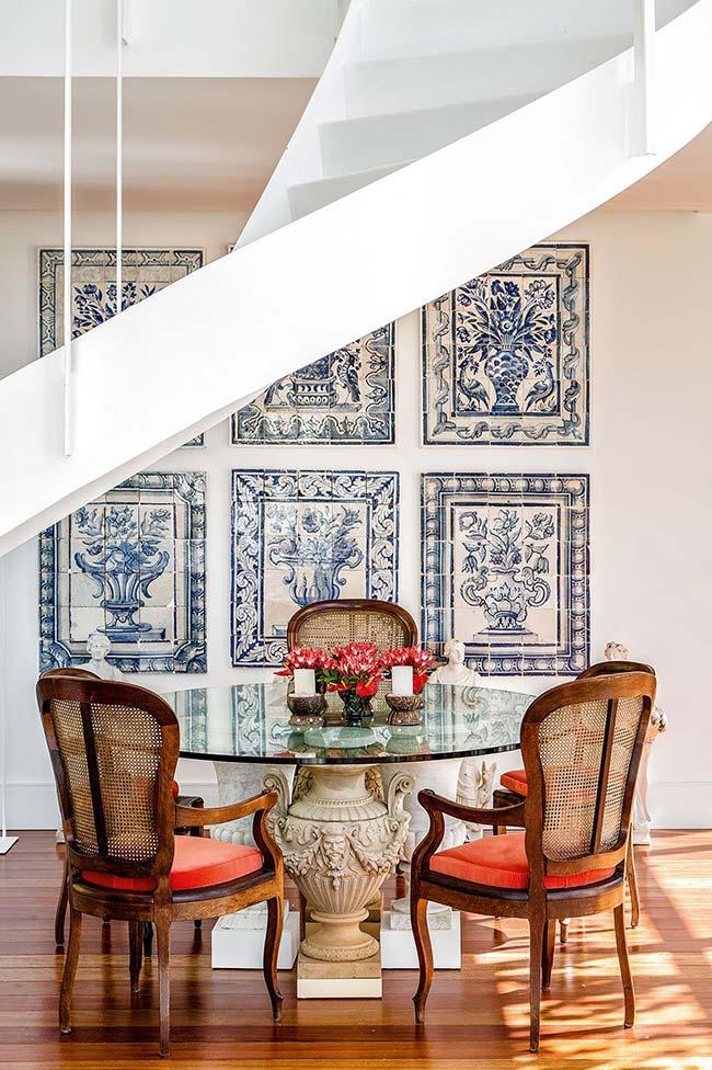 Azulejos portugueses dessa sala de jantar parecem quadros, com direito até a moldura