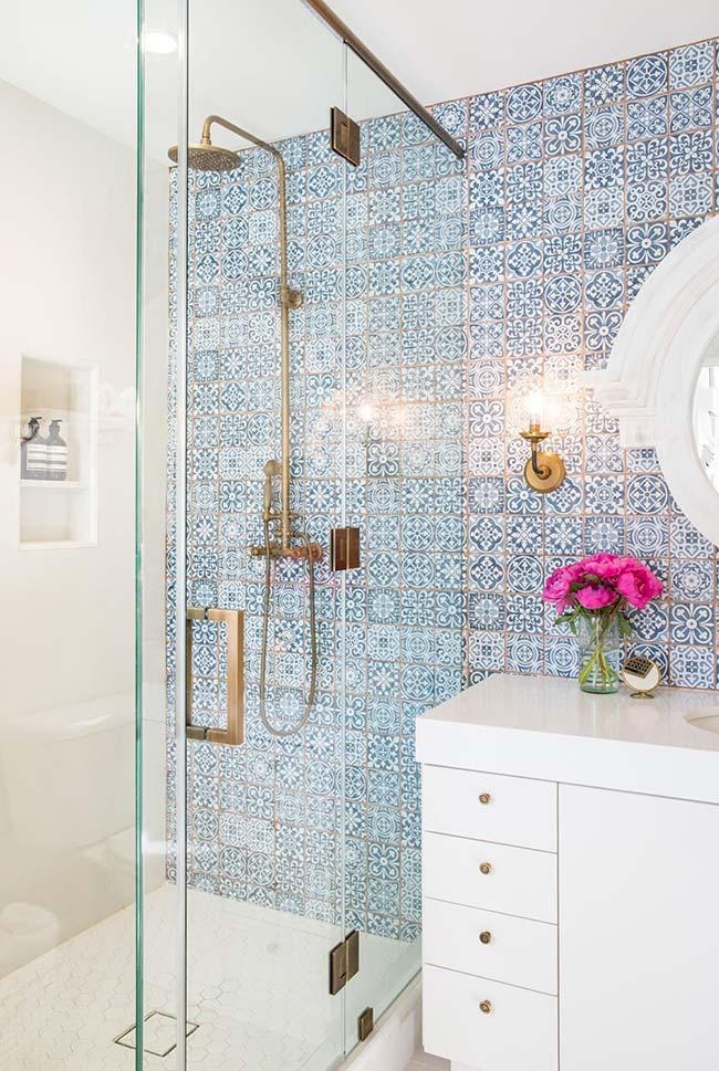 Azulejos portugueses dão um toque de charme e requinte para o banheiro