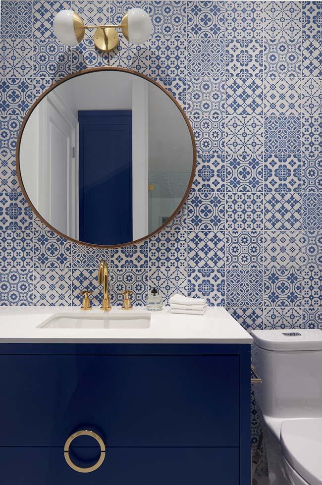 Armário azul de tampo branco para harmonizar com o azulejo portuguêsda parede