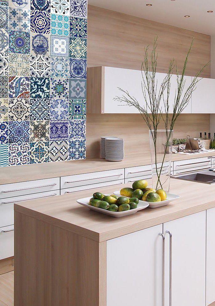 Cozinha de marcenaria moderna contou com a tradição do azulejo português