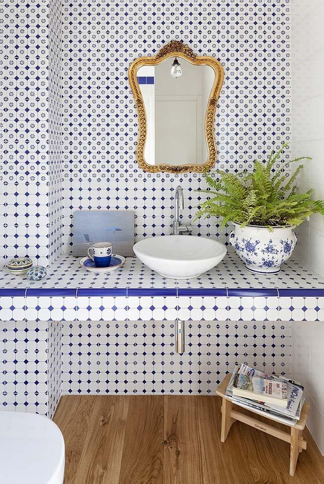 O branco domina a composição desses azulejos portugueses