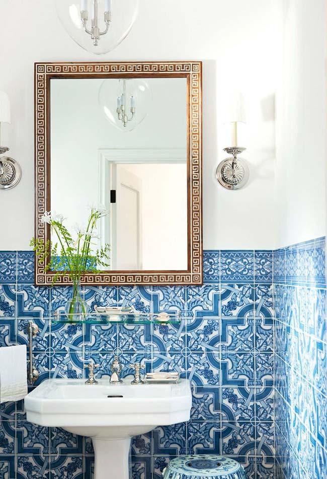 Meia parede de azulejo português