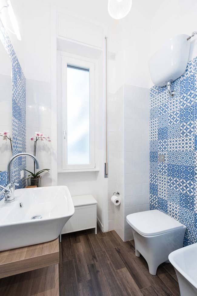 Tons amadeirados foram a aposta de combinação para esse banheiro com azulejo português