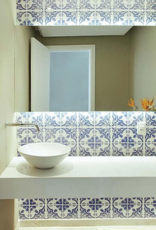 O azulejo português serve de base para o espelho que foi fixado por cima