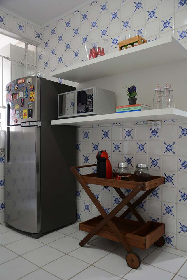 Um modelo mais discreto de azulejo português foi usado nessa cozinha