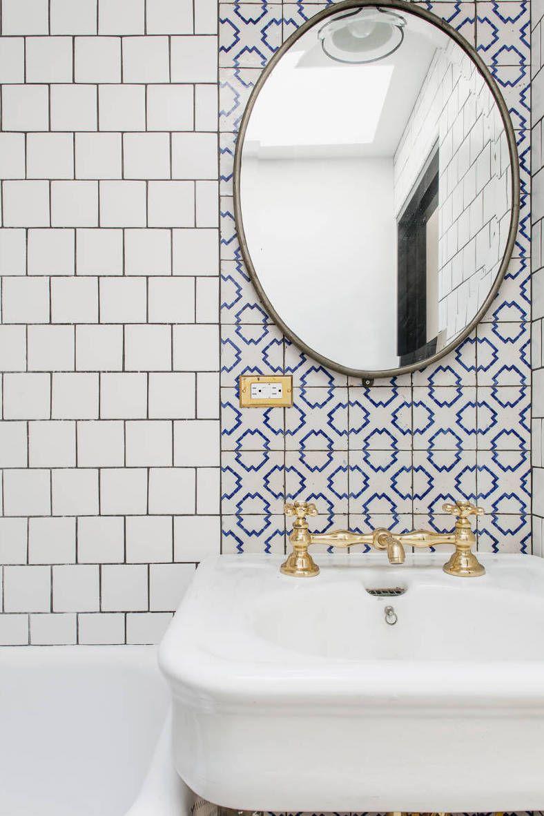 Louças douradas em contraste com o azul e branco do azulejo português