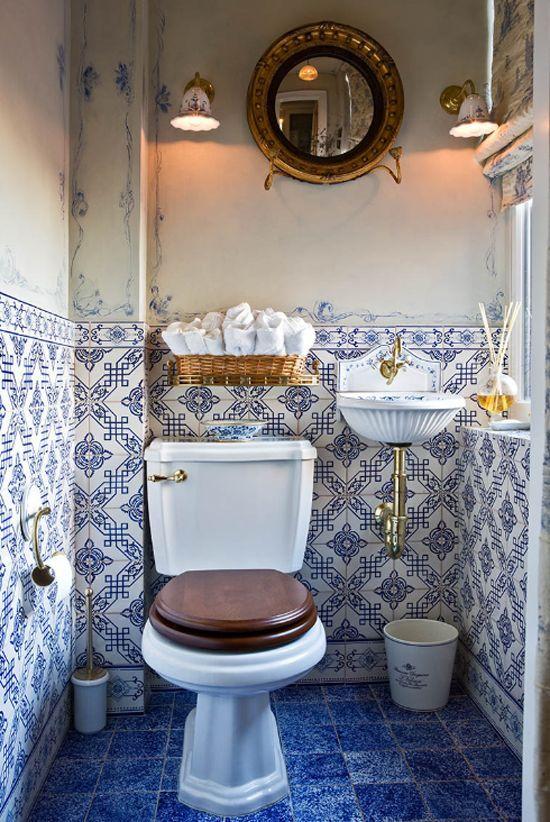 Destaque desse banheiro fica por conta dos arabescos azuis pintados na parede