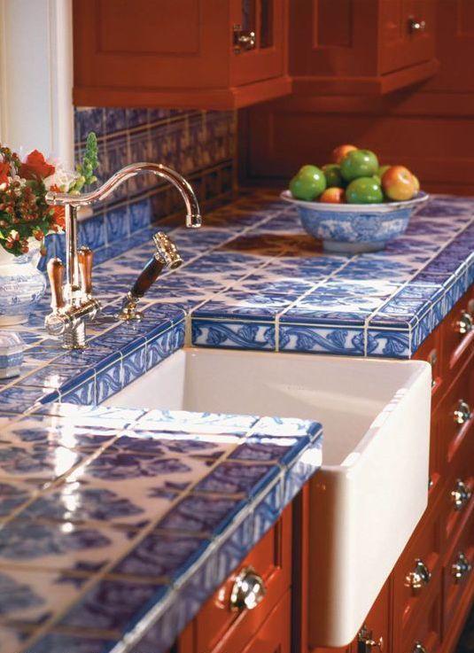 Pia da cozinha revestida com azulejo português