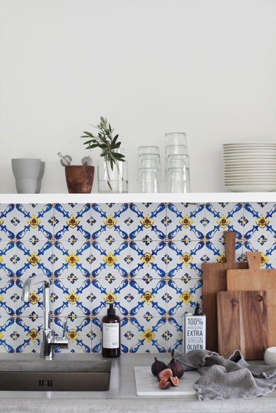 Toque de amarelo para descontrair os azulejos portugueses