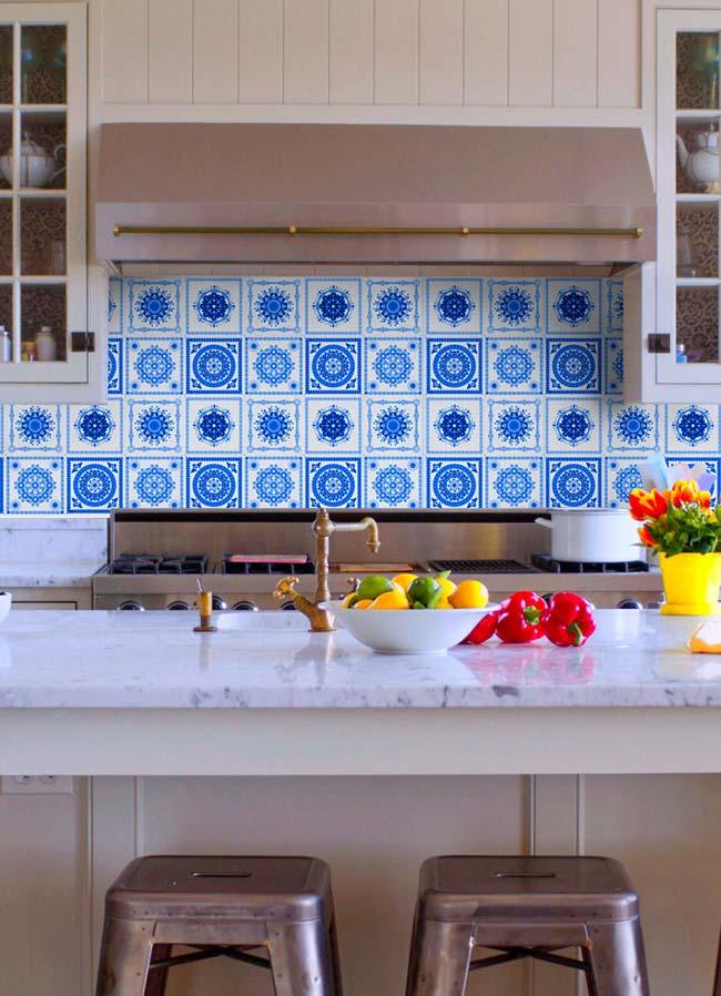Os azulejos já são tradicionais na parede da pia, porque não então usar os portugueses?