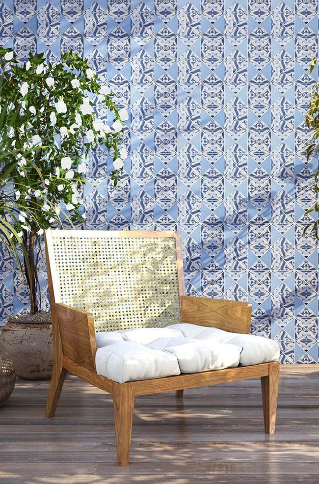Azulejos portugueses em tons variados de azul tomam conta de toda a parede da sala