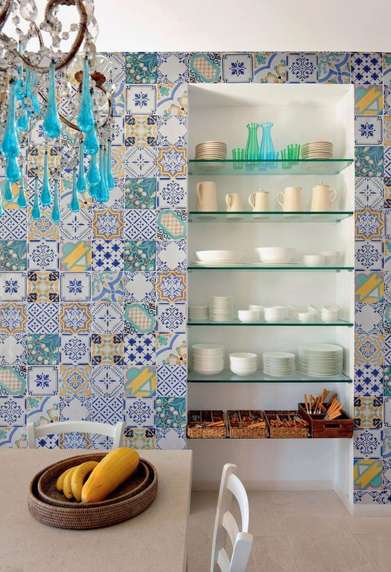 Um pouco de amarelo e laranja já é suficiente para mudar a aparência dos azulejos portugueses