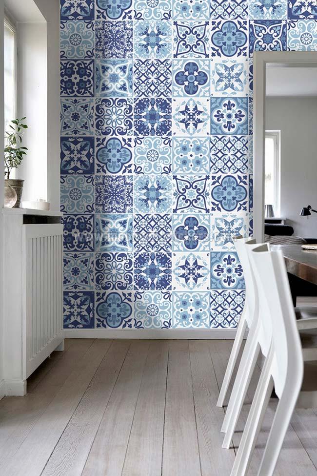 Azulejo português e rodapé branco