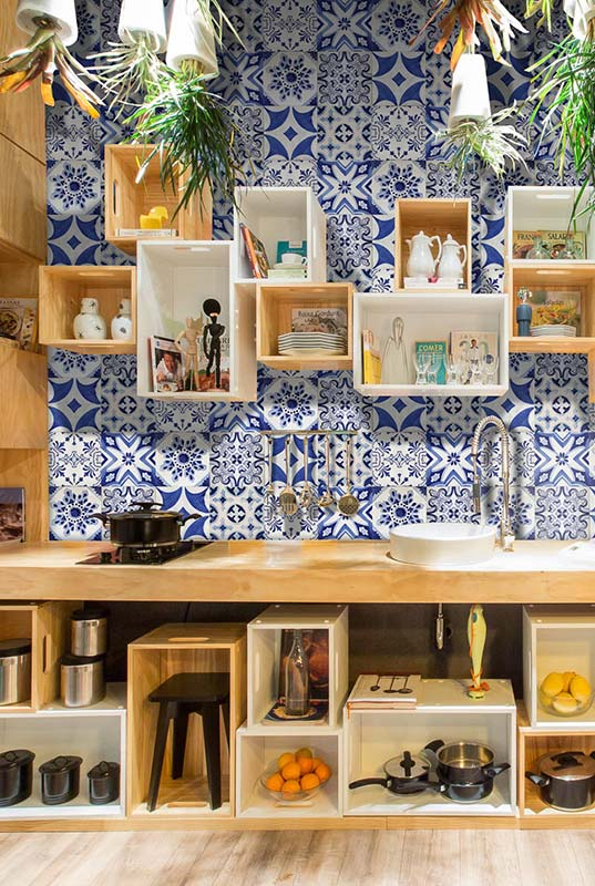 Cozinha acolhedora com azulejo português