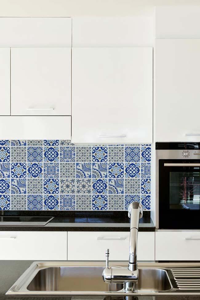 Cozinha preta e branca com azulejo português