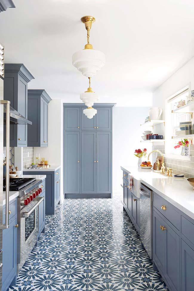 Azulejo português no piso da cozinha