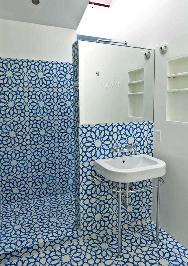 Banheiro com azulejo português nas paredes e no chão
