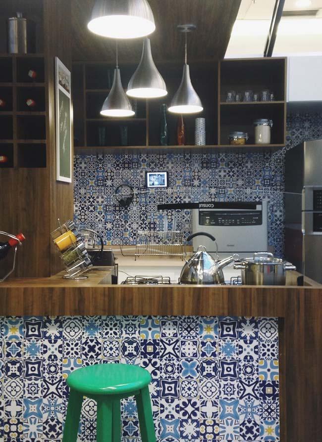 Azulejo português em tamanho menor decoram toda essa cozinha de móveis escuros