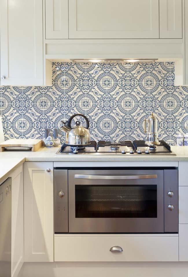 Para não ter erro aposte no uso do azulejo portuguêscombinado com móveis brancos
