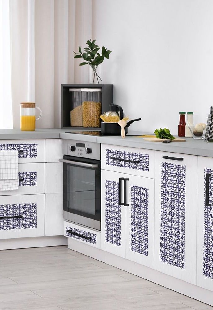 Azulejos portugueses miúdos e delicados aplicados na porta dos armários da cozinha
