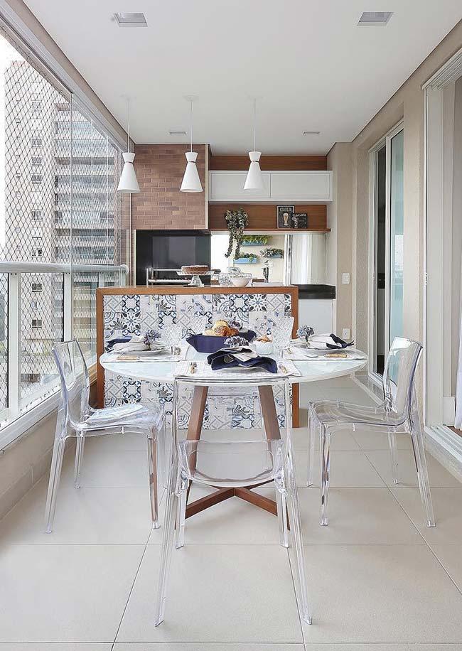 Varanda gourmet com balcão de azulejo português