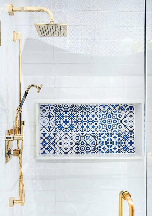 Detalhe dentro do box feito com azulejo português