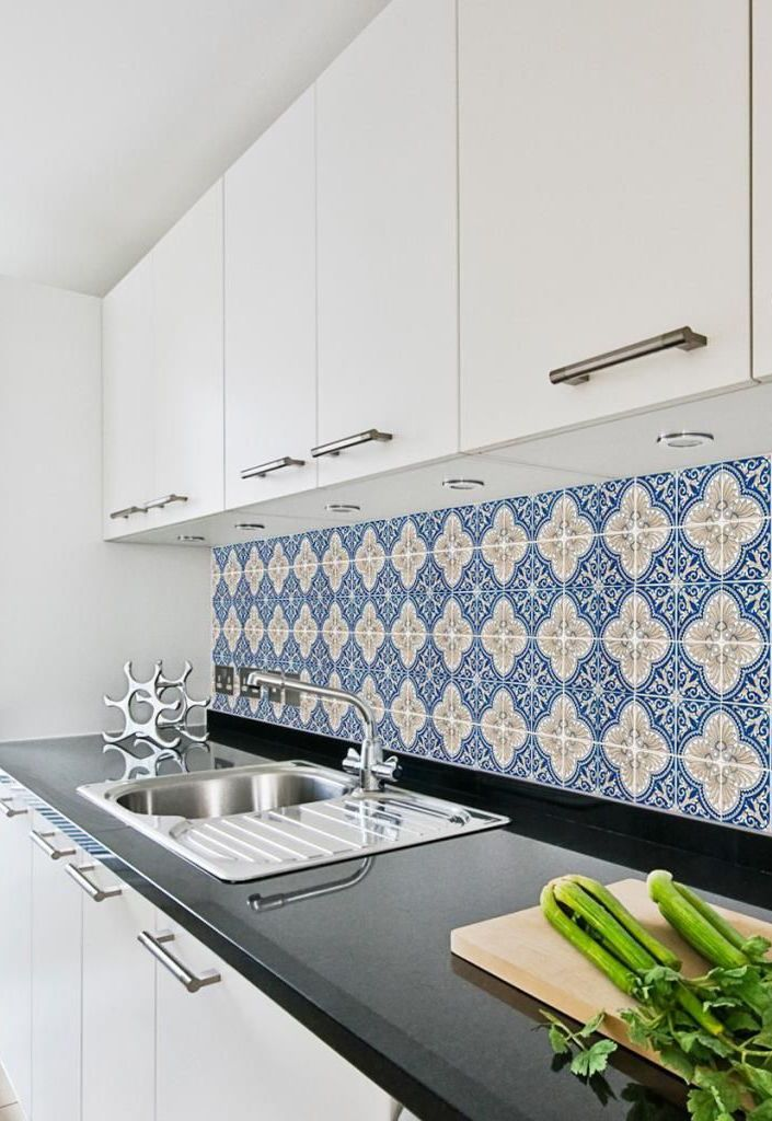 Granito preto faz um contraste elegante com o azul e branco do azulejo português