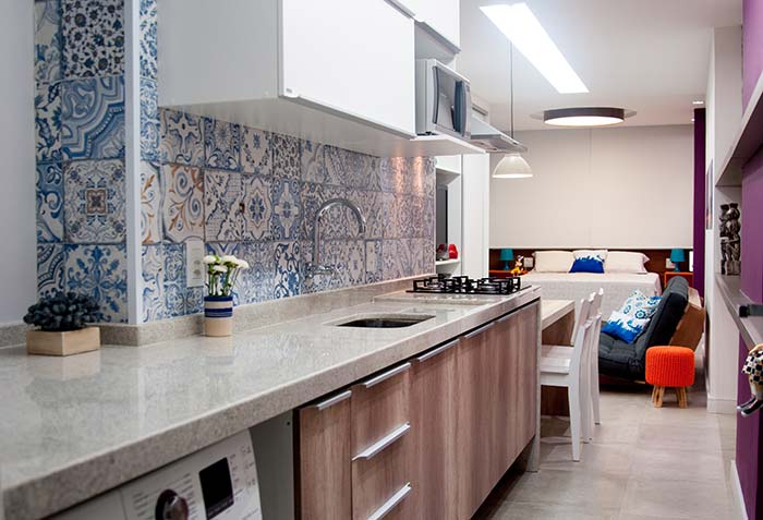 Cozinha e área de serviço integradas contam com a beleza e a tradição dos azulejos portugueses