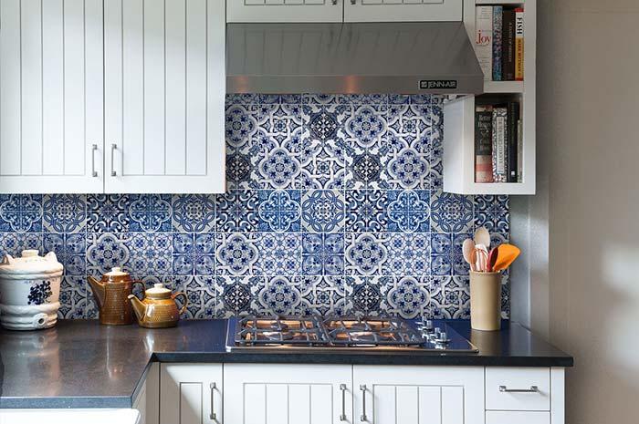 Uma cozinha aconchegante graças a presença dos móveis de marcenaria clássica e dos azulejos portugueses