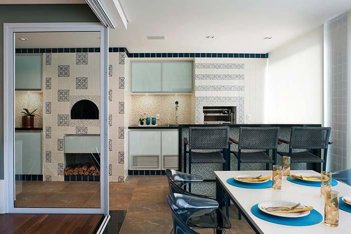 Dois modos diferentes de inserir azulejos portugueses no mesmo ambiente