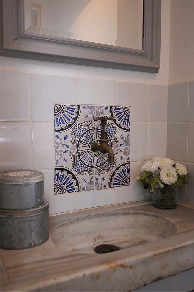 Azulejo português: um detalhe discreto que valeu a pena ser feito na bancada da pia