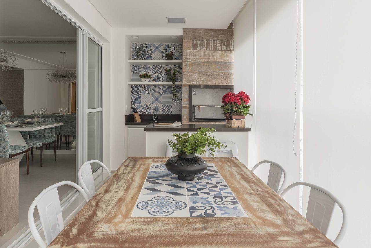 Na mesa e na parede: os azulejos portugueses são versáteis e podem ser usados de forma variada