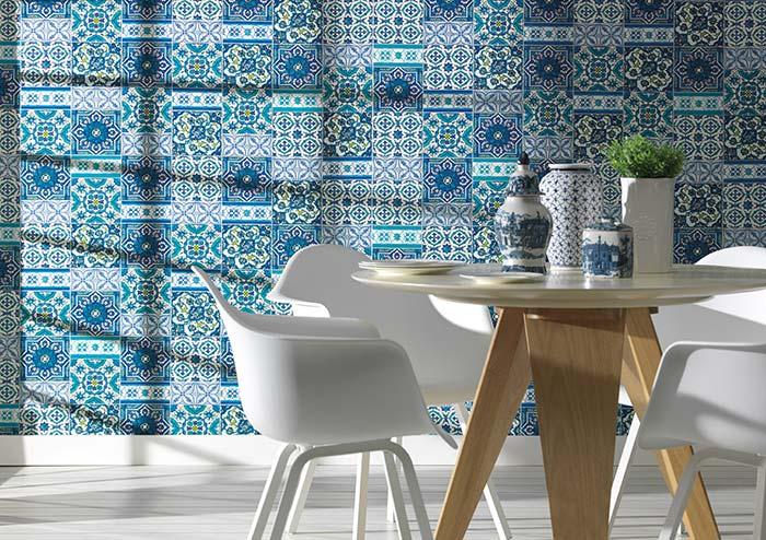 Delicadeza dos azulejos portugueses continua na louça sobre a mesa