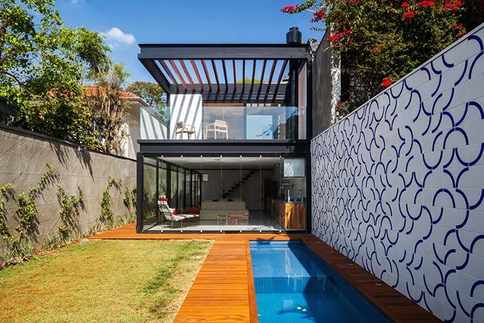 """Azulejo português em uma versão """"atualizada"""" para revestir a área da piscina"""