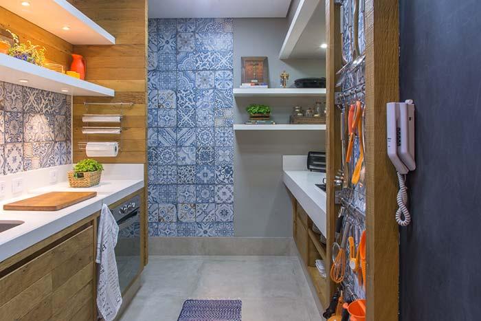 Parede da cozinha revestida com azulejo português