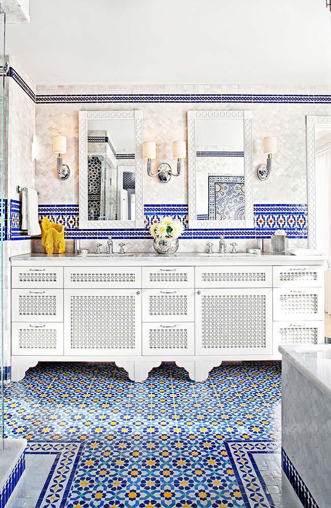 Um banheiro ricamente decorado com azulejo português