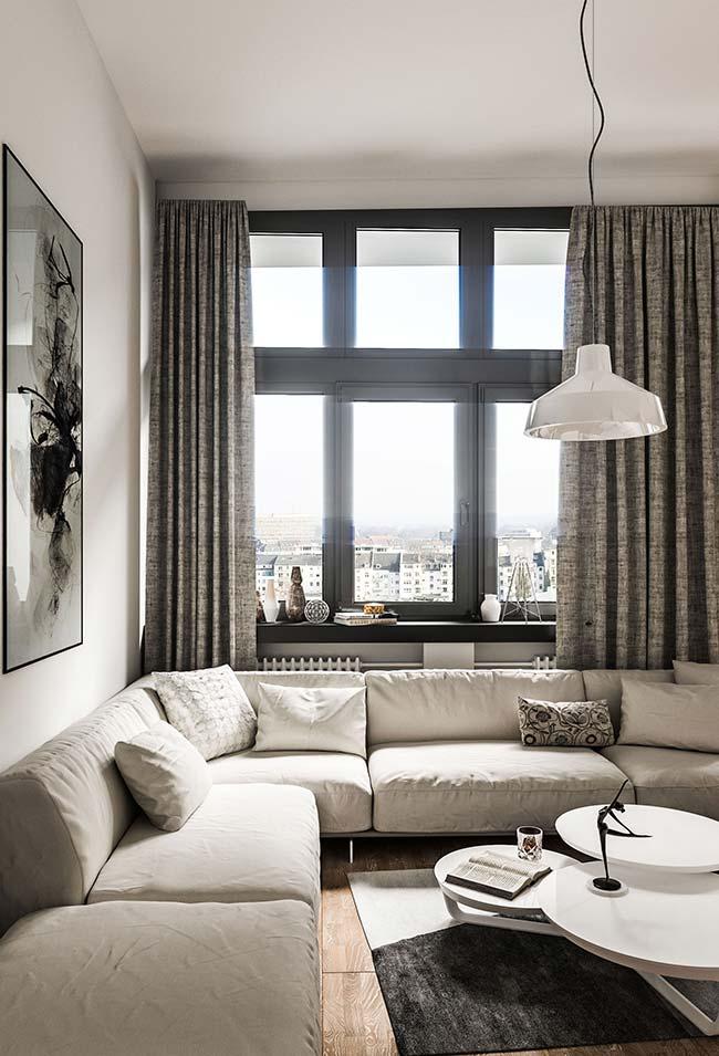 A cortina para sala de tecido encorpado se harmoniza com os tons da decoração da sala