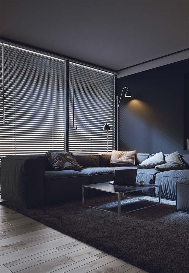 Persiana longa e escura é perfeita para aquelas salas que, vira e mexe, se transformam em um cinema