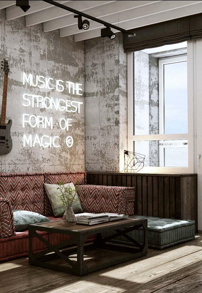 Uma persiana escura para combinar com o estilo moderno e despojado da decoração